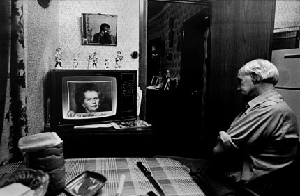 Tom Leyshon Watching the News, 1985 © Mike Berry